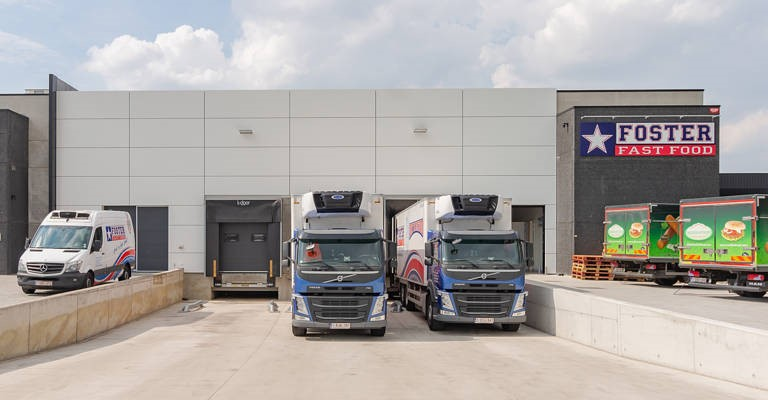 Rayonnages et chariots Toyota Material Handling en allées étroites à Fooster Fast Food