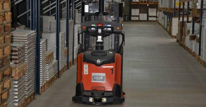 Chariot automatisé Toyota dans l'entrepôt logisitique de Kvik